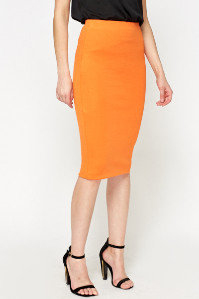 An orange leather pencil skirt is something out of the ordinary. I like that. The colour orange, which I like as well, made me pull the item from the rack and I was amazed how well it fit me.